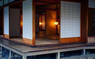 Une maison stylée avec une porte japonaise